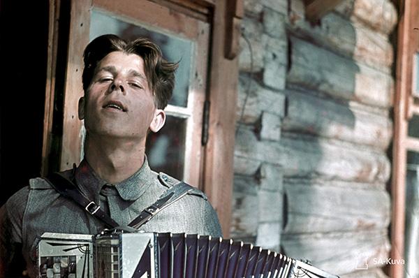 Sotilas soittaa harmonikkaa. Kuva: Kim Borg/SA-kuva.