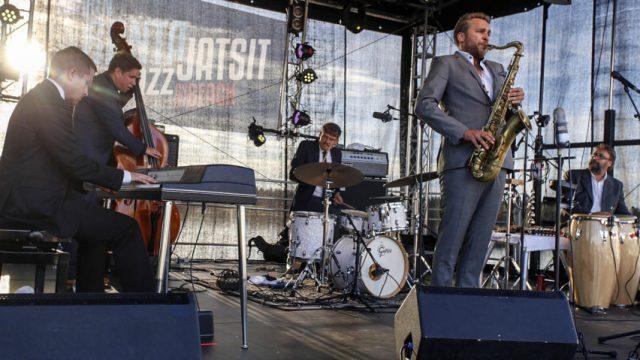 Timo Lassy Bandissa tällä kertaa Lassyn, Annti Lötjösen ja Teppo Mäkysen seurassa pianisti Henri Mäntylä ja lyömäsoittaja Mongo Aaltonen