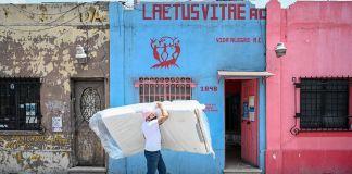 Luuna dona colchones a casa de adultos LGBT+