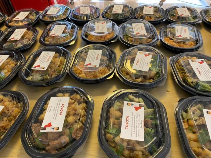 Toyota reparte comida a personal de salud