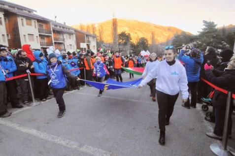 L'arrivo delle bandiere in piazza Valle Stretta (Foto Gian Spagnolo)