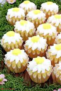beautiful dessert, cream cheese frosting, cupcakes, daisy cupcakes, Daisy Vanilla Cupcakes, delicious, Holiday dessert, mother's day, perfect for mother's day, vanilla cupcakes