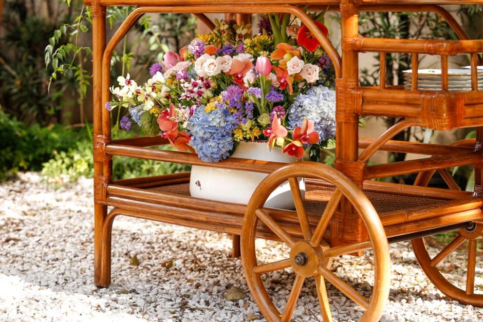 vaso com arranjo floral