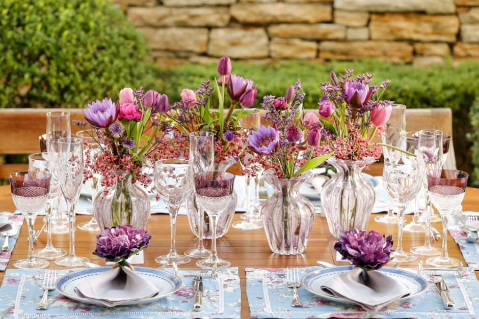uma mesa decorada em tons de azul e roxo