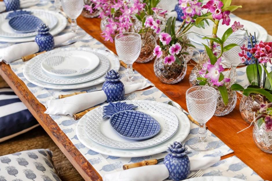 mesa no chão azul e branco