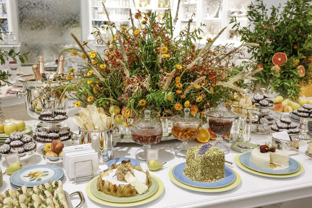 mesa de buffet decorada com tons leves  Vamos Receber