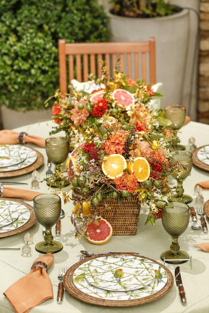 mesa posta com tons de laranja