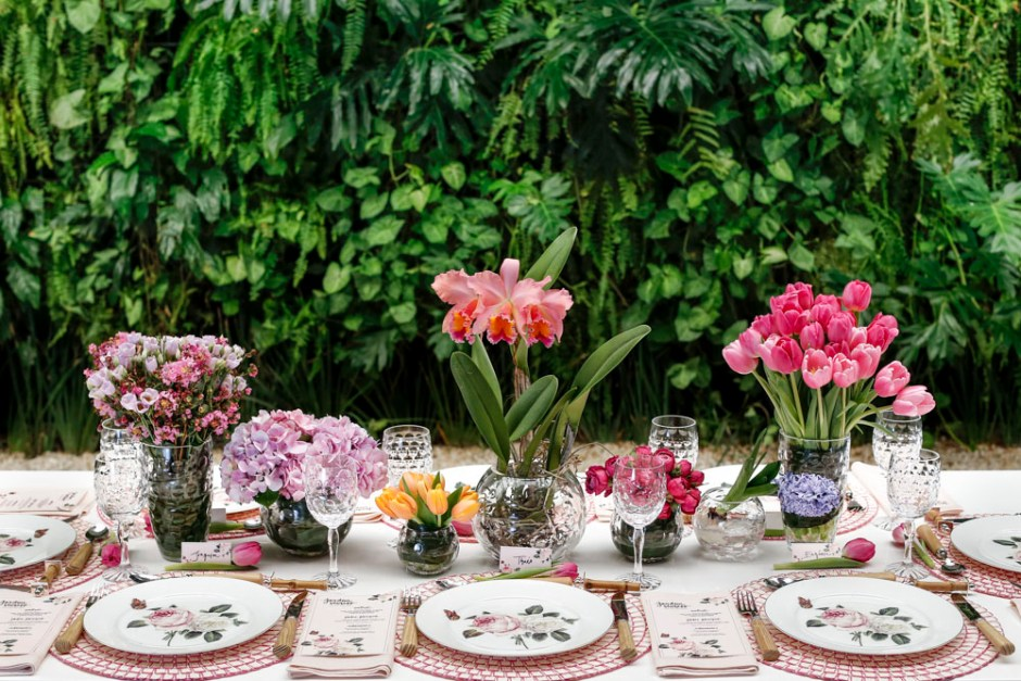 mesa posta no jardim com tons de rosa e laranja
