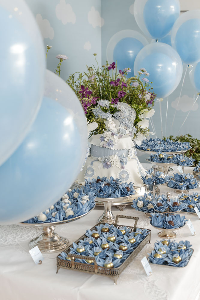 mesa de doces em azul e branco para batizado