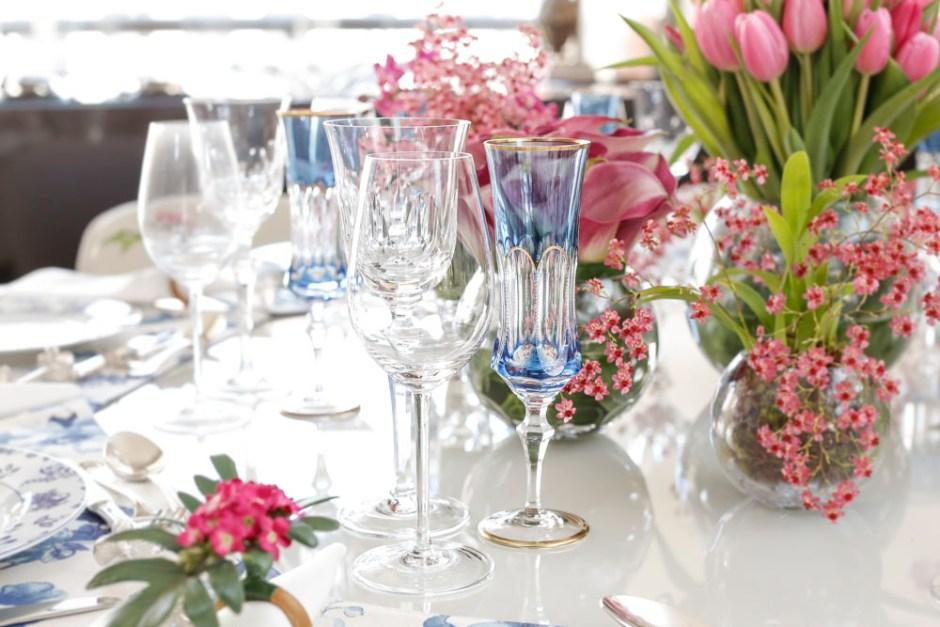 taças de cristal em mesa posta