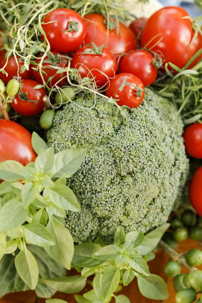 arranjo com legumes e verduras em mesa posta