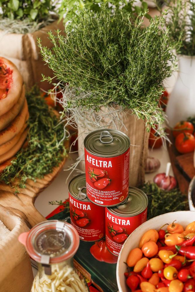 arranjos com temperos e latas de tomate