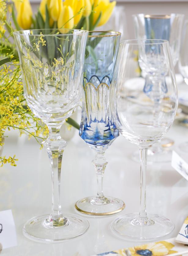 taças transparentes e azul para jantar elegante