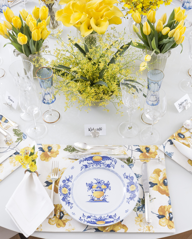 mesa com louça Viana Matisse Casa em tons de amarelo e azul