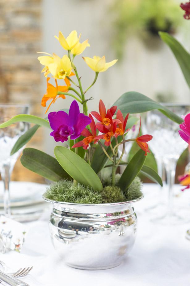 arranjo com flores coloridas em vaso de prata Couvert