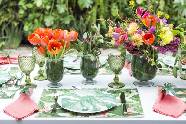 mesa de almoço no jardim com cores variadas