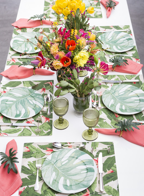 mesa posta com cores tropicais
