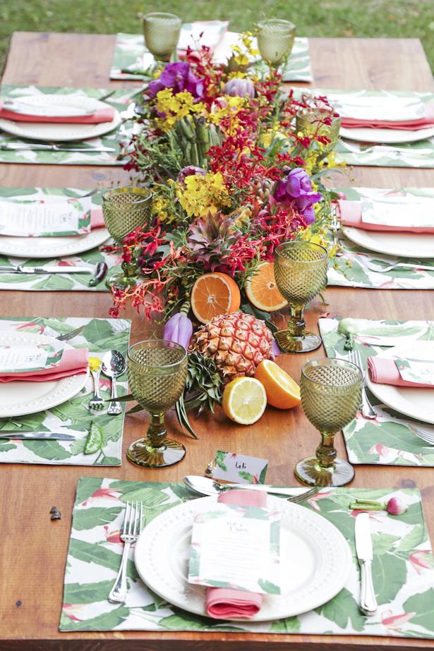 pool party com decoração tropical