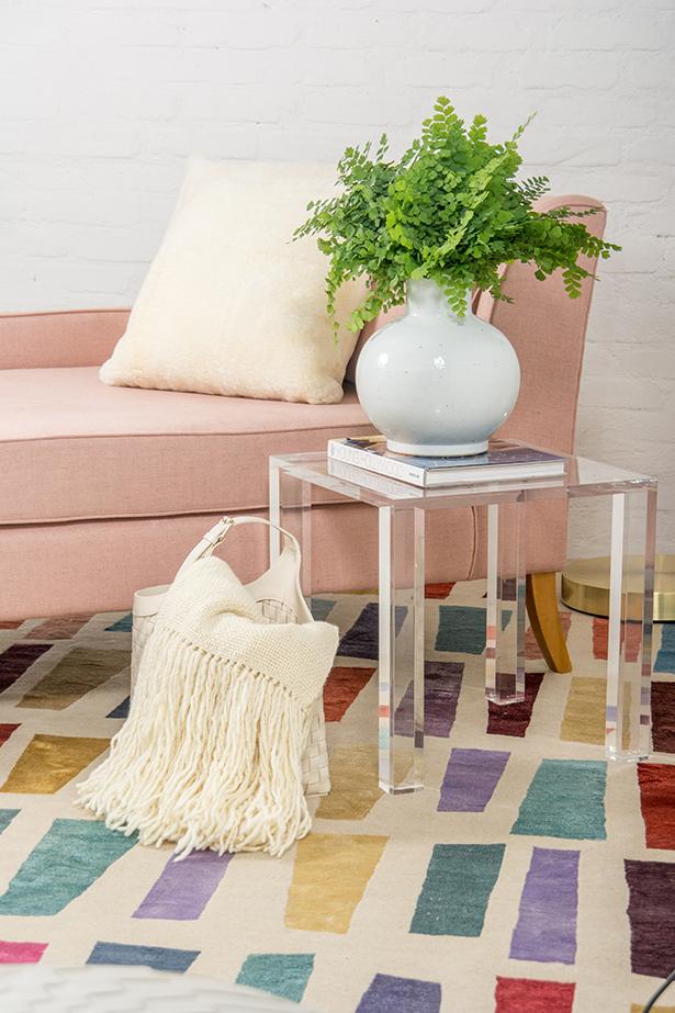 decoração em tons de rosa para canto de leitura