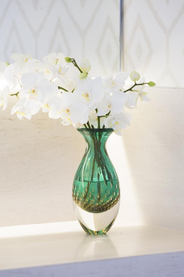 orquídeas brancas em vaso verde de cristal