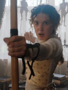 Enola Holmes punta un arco con la freccia