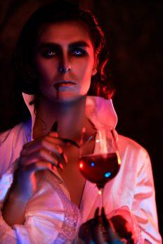 jacques saint germain l'immortale di new orleans vampiri oltre la leggenda vampiro con calice di sangue