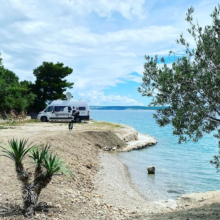 Reisefreiheit Kroatien Camping mit Hund Vanlife Meer Roadtrip Wohnmobil Kastenwagen