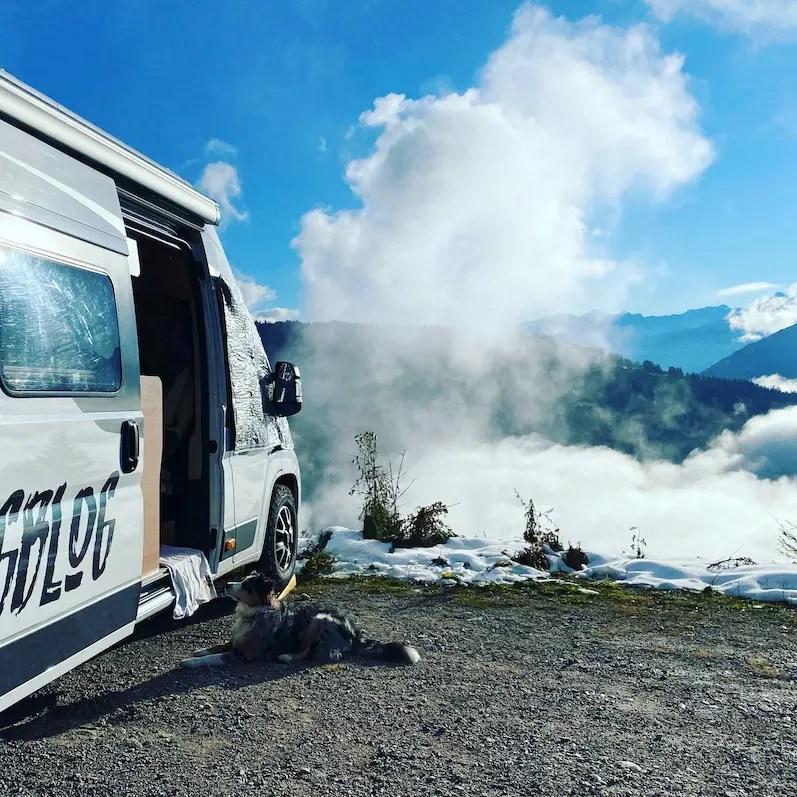 Optimismus_Corona Osttirol Alpen Hohe Tauern Roadtrip Österreich Hund Wohnmobil Vanlife Campingbus