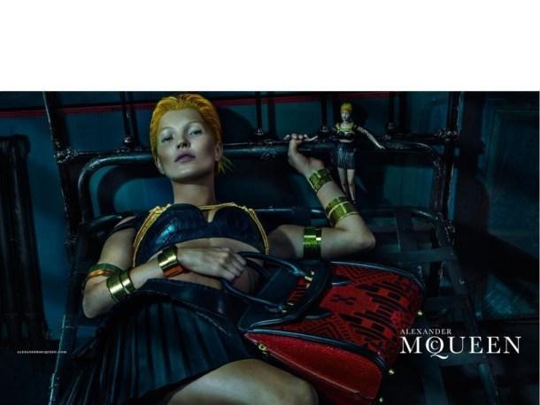 Kate Moss très androgyne, les cheveux courts et jaune fluo, rappelant davantage Tilda Swinton