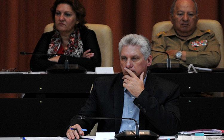 Miguel Díaz-Canel, presidente de Cuba, participa en debate parlamentario sobre informatización de la sociedad.