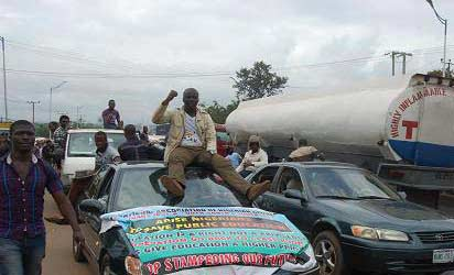 Protesting National Association of Nigerian Students (Nans), Zone B South-South/South-East led by Cordinator, Comrade Chinonso Obasi, barricaded the Benin-Asaba expressway by head bridge, Onitsha over the prolonged Academic Staff Union of Universities, Asuu, strike, yesterday. Photos: Nath Onojake