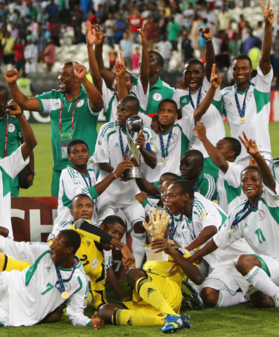 UNITED ARAB EMIRATES, Abu Dhabi : Nigerian players celebrate with their trophy after they won the FIFA U-17 World Cup 2013 at Mohammed bin Zayed Stadium, on November 8, 2013 in Abu Dhabi, UAE. Nigeria won the final against Mexico 3-0. AFP PHOTO