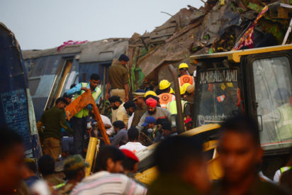 Indian rescue workers search for survivors in the wreckage of a train that derailed near Pukhrayan in Kanpur district on November 20, 2016. A passenger train derailed in northern India on November 20, killing at least 63 travellers most of whom were sleeping when the fatal accident occurred, police said. Rescue workers rushed to the scene near Kanpur in Uttar Pradesh state where the Patna-Indore express train derailed in the early hours of the morning. / AFP PHOTO / SANJAY KANOJIA