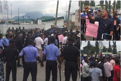 Video: Nigerians storm Police Headquarters, demand release of Premium Times Journalist, Ogundipe