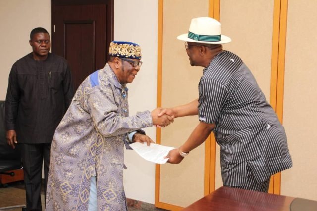 Pictures: Rivers State Governor,  Nyesom Ezenwo Wike (r) and  the Amanyanabo of Wakrike Kingdom,  Okrika,  King Alfred Sementari Abam at the Government House Port Harcourt on Tuesday during the visit of the Amayanabo and prominent Okrika Chiefs.