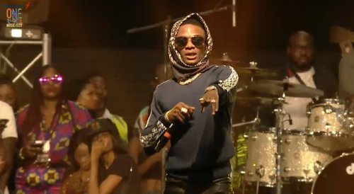 Pop singers, Wizkid and Tiwa Savage, have again entertained fans with another romantic expression during a live performance in Dubai, UAE.