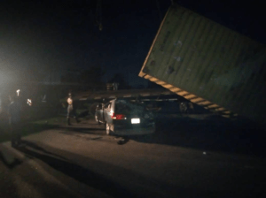 LAGOS: TRAGEDY AS FALLEN CONTAINER LADEN TRUCK KILLS ONE IN MULTIPLE AUTO-CRASH AT CELE INWARD OSHODI {PHOTO}