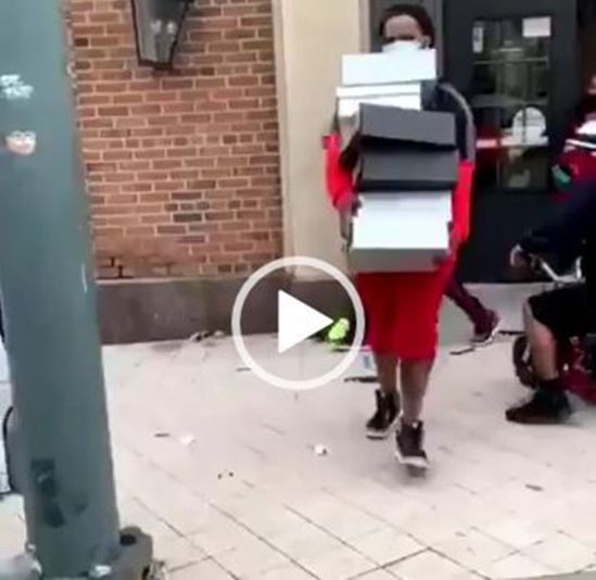 [VIDEO] Anti-racism protest: US protesters loot store, cart away shoes, others