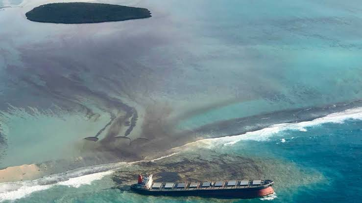 A fresh streak of oil spilled Friday from a bulk carrier stranded on a reef in pristine waters off Mauritius which is already reeling from the ecologi