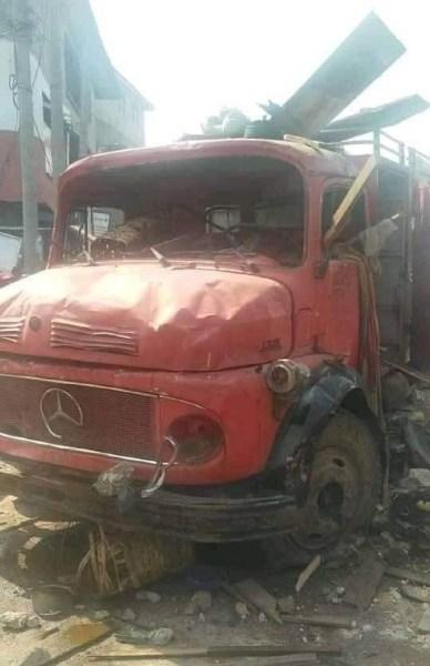 BREAKING: Gov Ikpeazu shuts Aba Shoe Plaza, as traders destroy fire truck