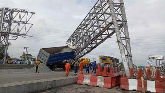 Truck collides with the big signpost at Berger along Lagos-Ibadan expressway