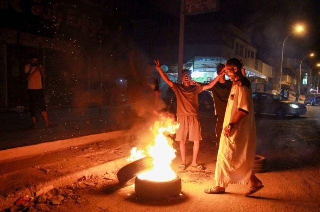 Libyan protestors burn eastern government offices