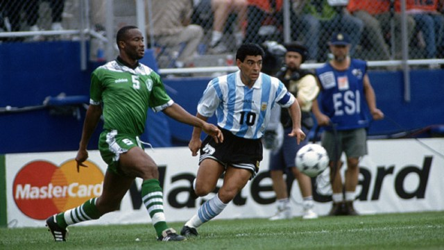 argentina vs nigeria at the 1994 world cup football championships uche okechukwu and diego maradona 7kwqqq0glur615pfuzik0bg5u