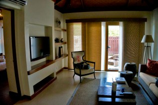 THE CRIMSON RESORT & SPA – MACTAN, CEBU – PHILIPPINES - Living room with local art