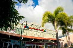 Teddy's Bigger Burgers - Hawaii - Storefront and entry