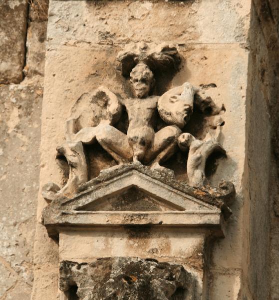 Grand' parade, de faun in de groteske van 'le petit cloître' van l'Ancienne abbaye de Saint-Jean-des-Vignes teSoissons. Foto Poul de Haan 2009.