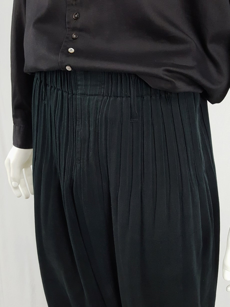 Issey Miyake Men black harem trousers with pleats on the waist and hems