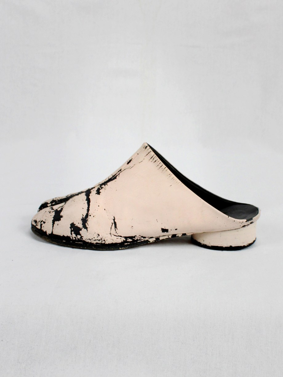 vaniitas vintage Maison Martin Margiela black tabi slippers painted in light pink spring 2002 1867