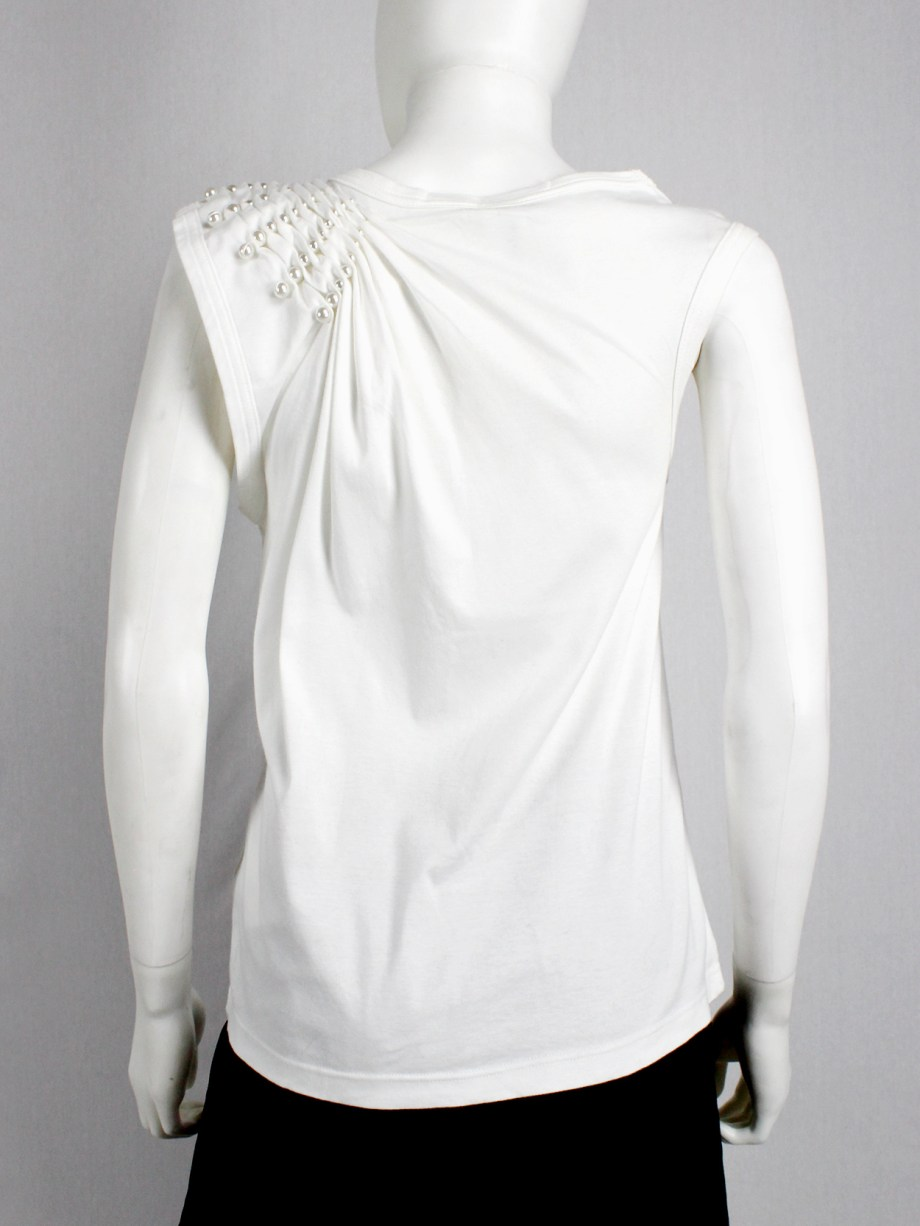 vaniitas Noir Kei Ninomiya white top with the shoulder gathered by rows of pearls (4)