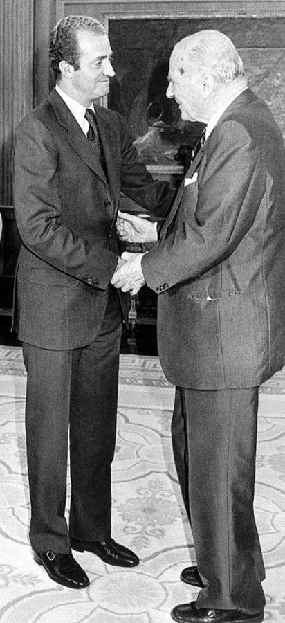 SM EL Rey con Josep Taradellas, Presidente de la Generalidad. Su relación fue de admiración y respeto mutuo, concediéndole SU Majestad el titulo de Marques de Taradellas  el 24 de julio de 1986  (Manuel Sainz ABC)